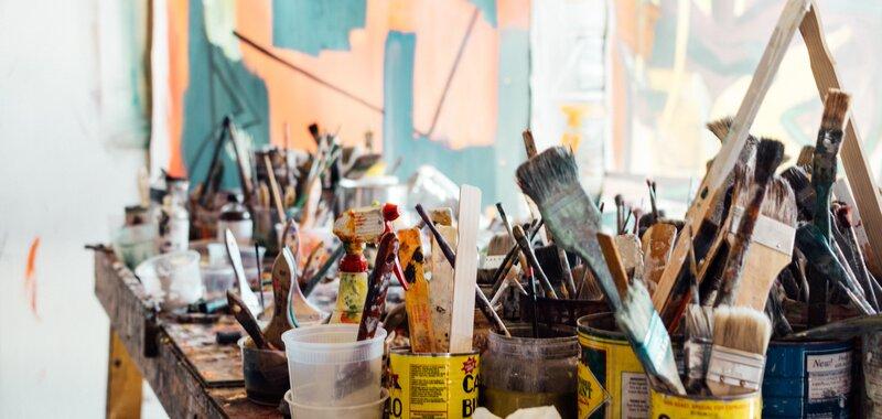 Nuoret taiteentekijät suhtautuvat yrittäjyyteen ja perustuloon myönteisemmin kuin apurahojen jakajat